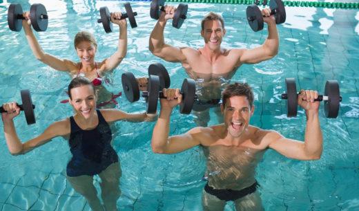 水中フィットネスをする人たち