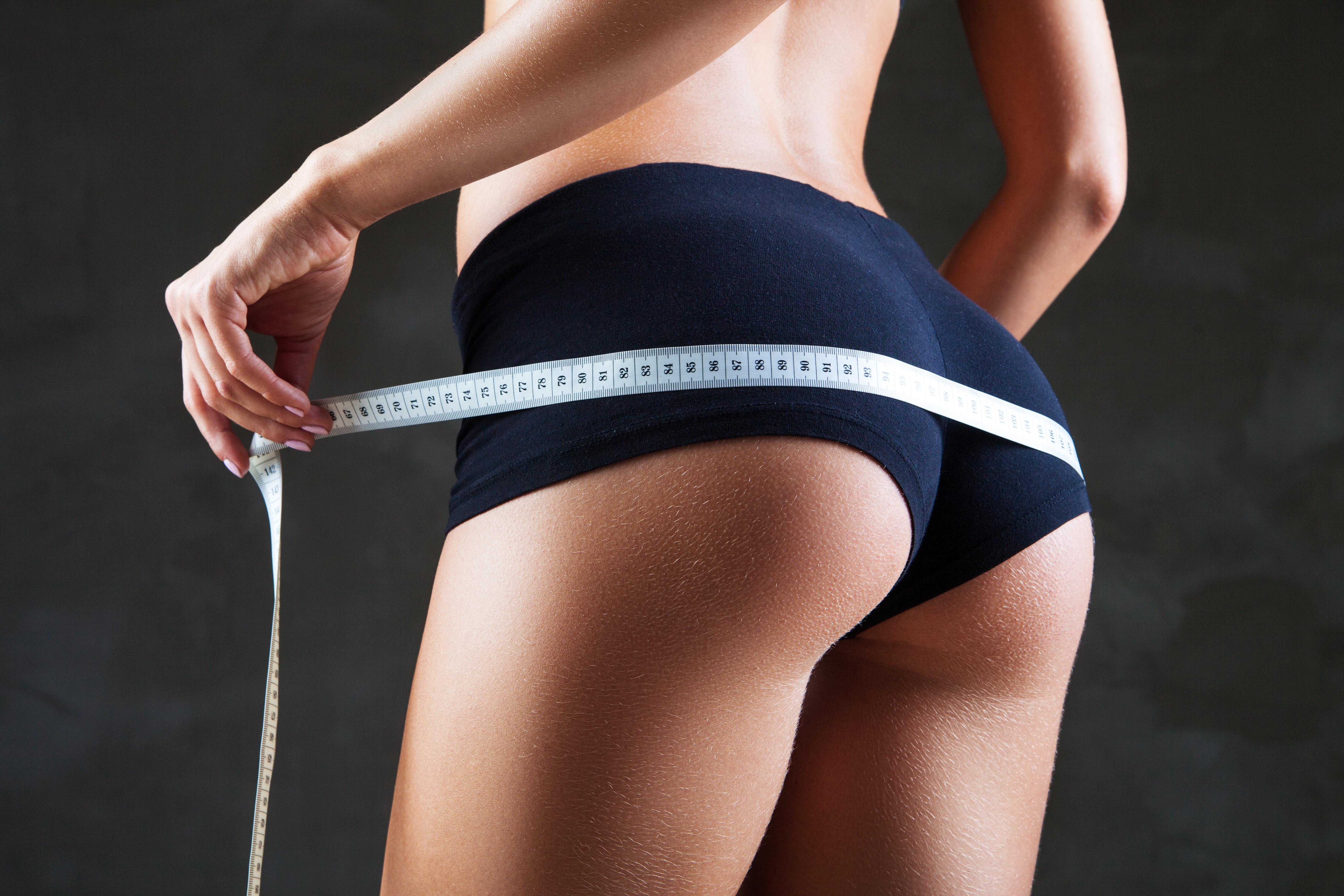 ヒップを測る女性