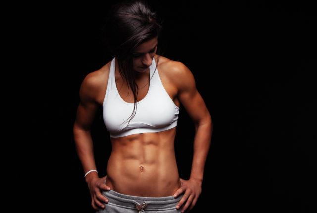 腹筋を鍛え抜いている女性