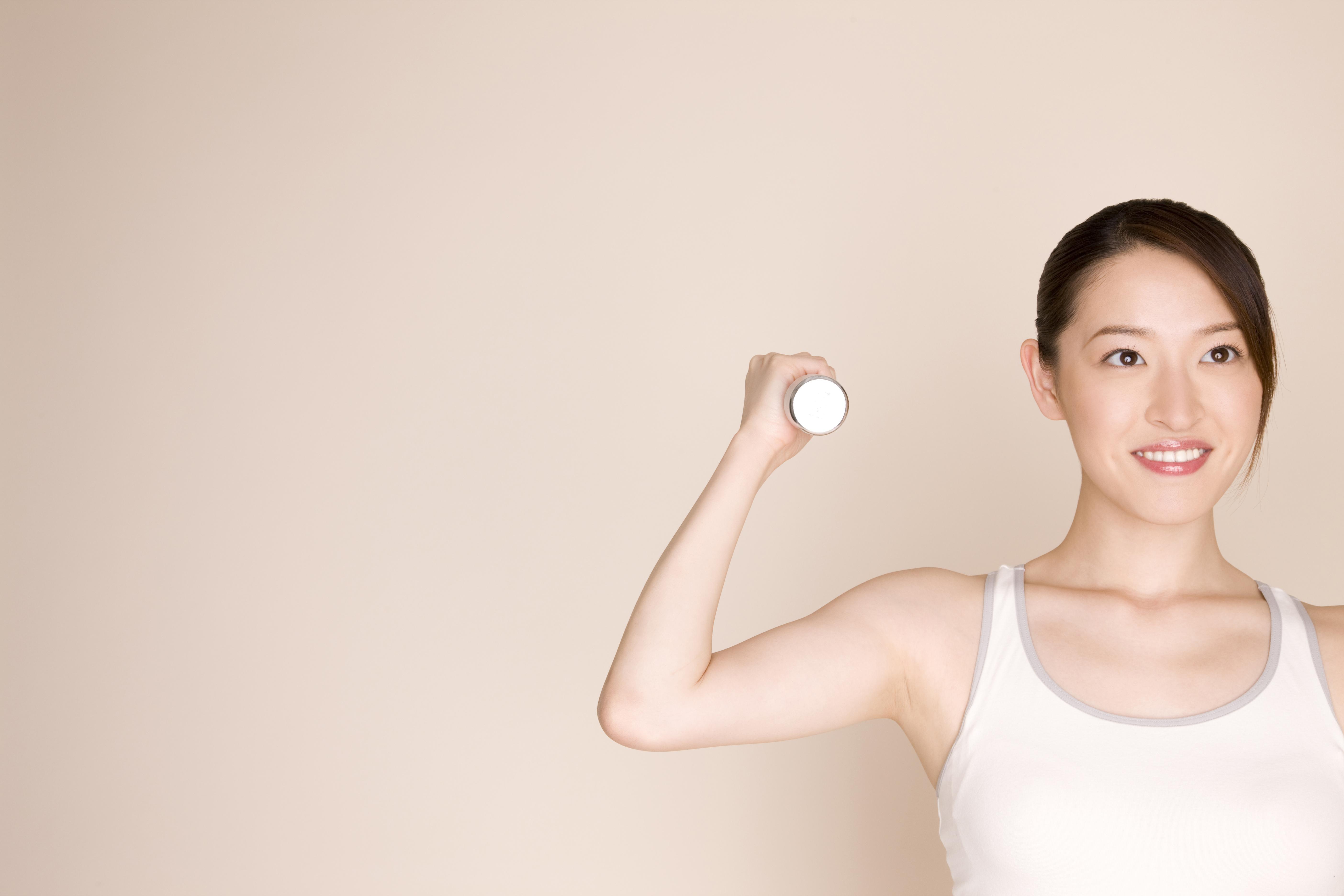 筋肉を付ける女性