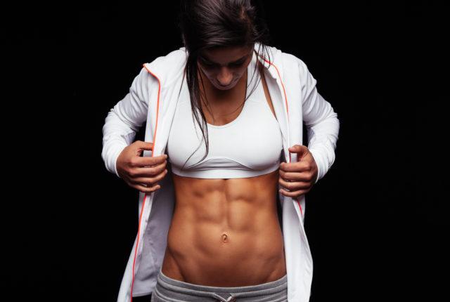 腹筋が鍛えられた女性