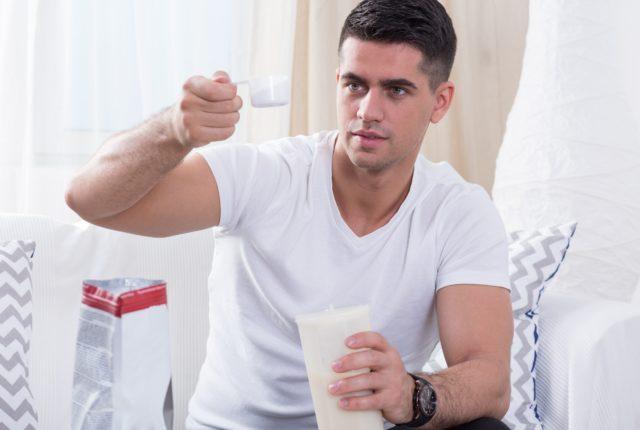 プロテインを準備する男性