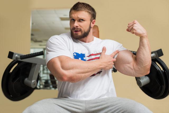 二の腕の発達した男性