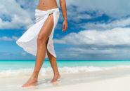 海岸を歩く女性の足