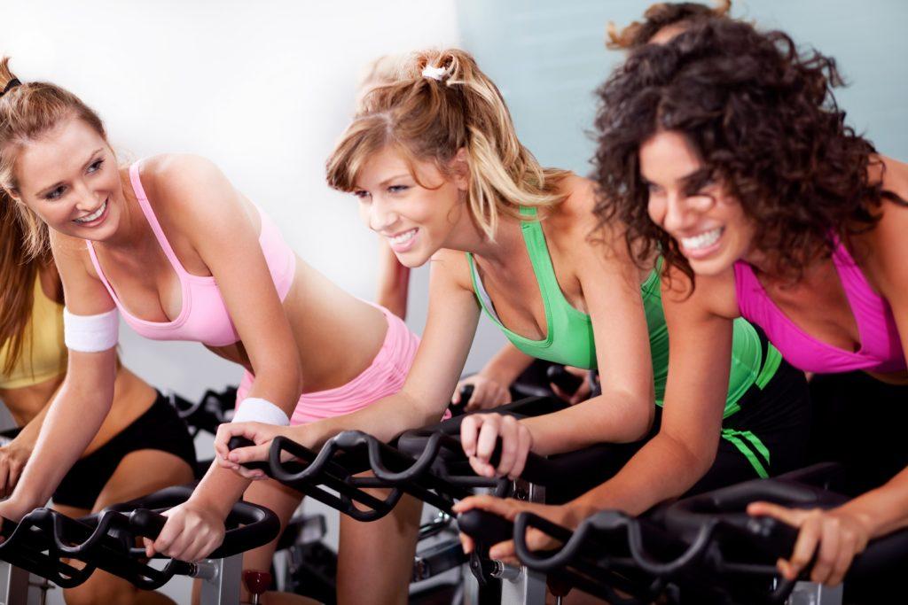バイクエクササイズをする女性たち