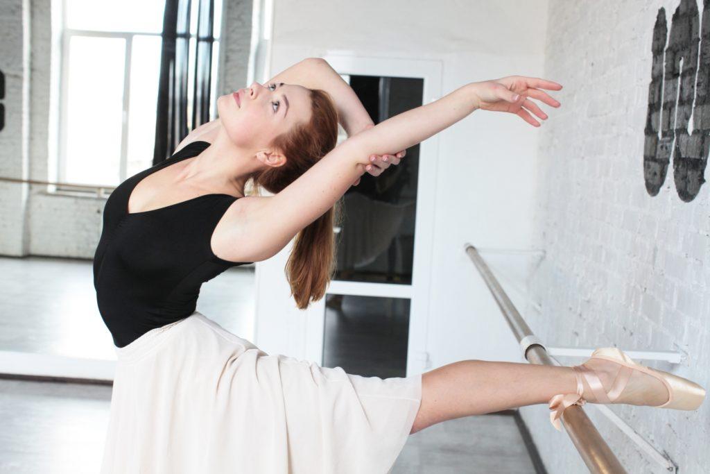 バレエをする女性