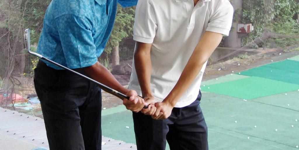 ゴルフの指導を受ける男性
