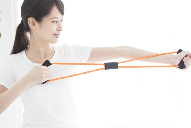 トレーニングチューブを使う女性