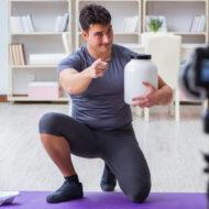 動画を撮影する男性