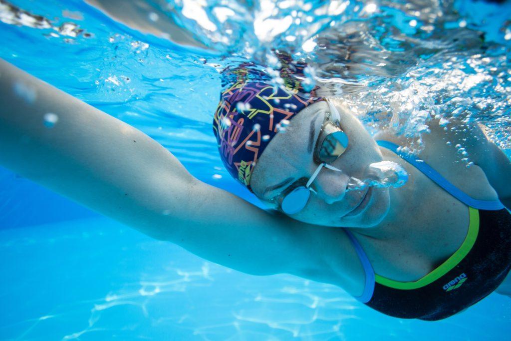 水泳をしている女性
