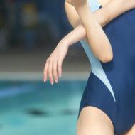 水泳を楽しむ女性