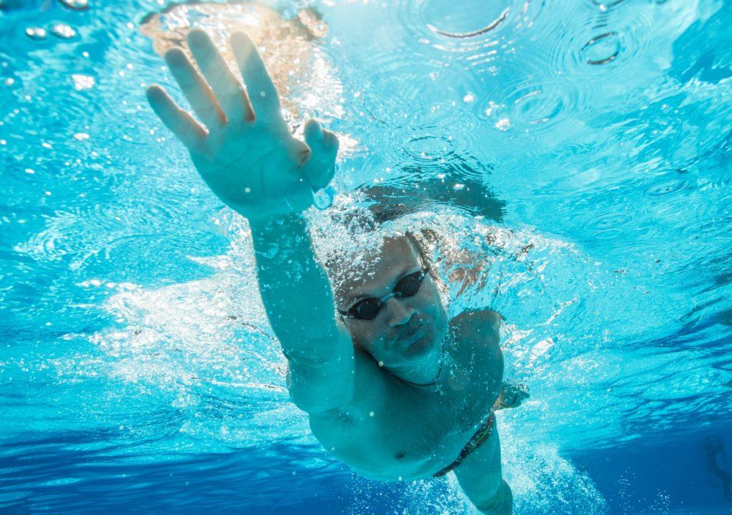 水泳を楽しむ男性