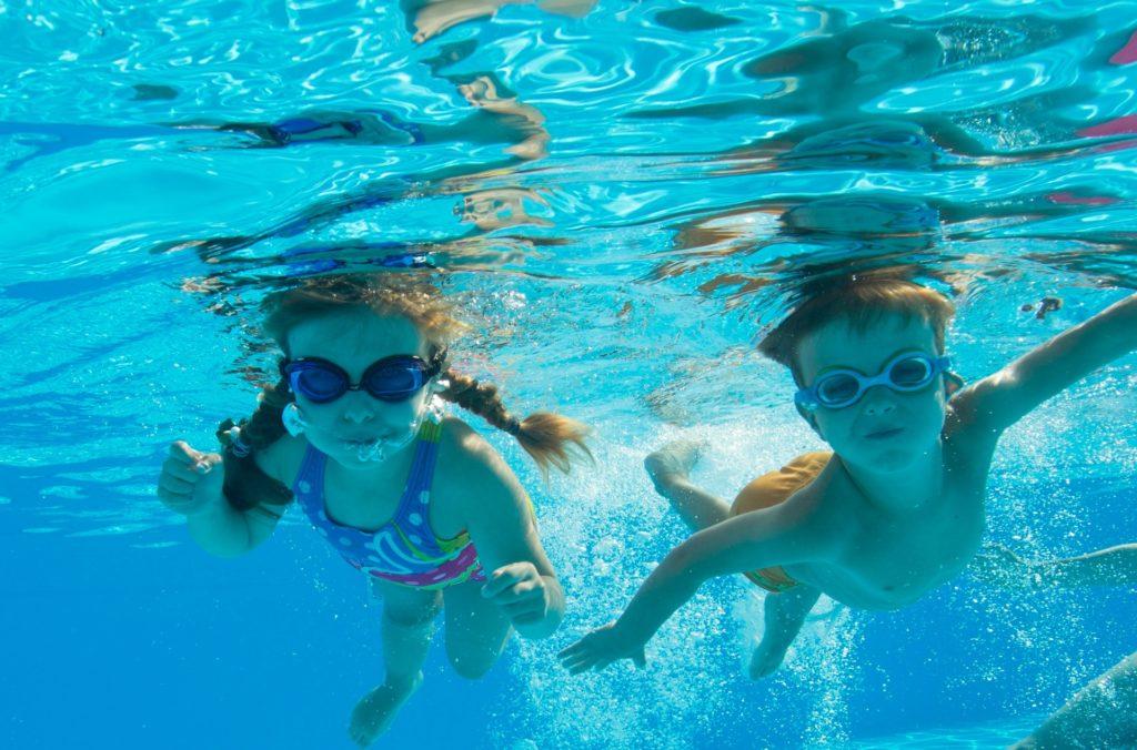水泳をする子供たち