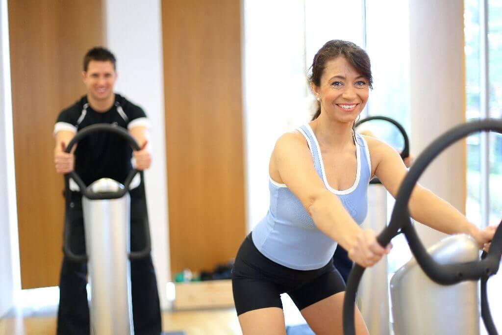 トレーニングをする男女