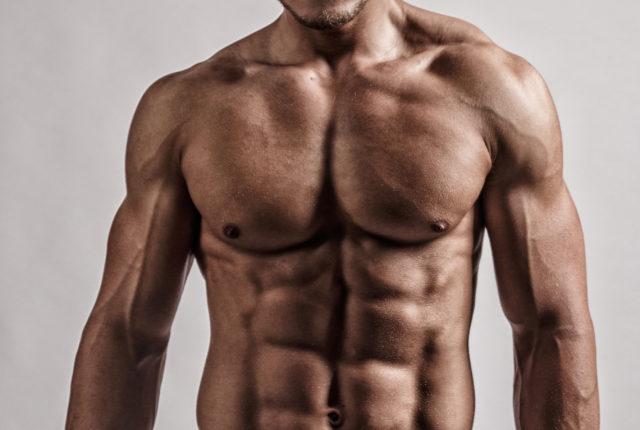 腹筋の鍛えられた男性
