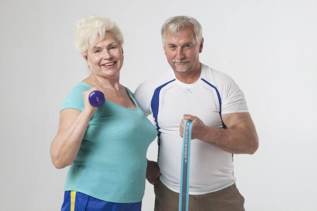 トレーニングする高齢者