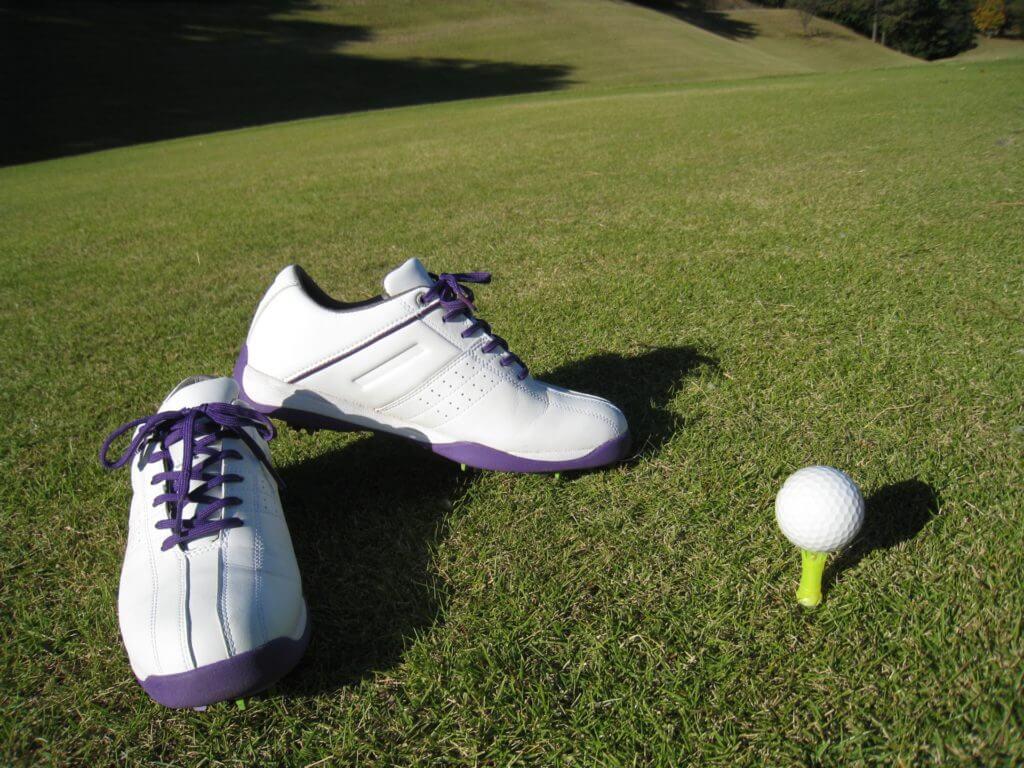 ゴルフボールとシューズ