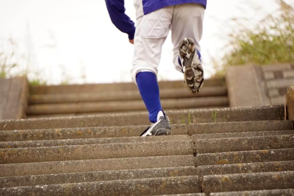 階段を上がる少年