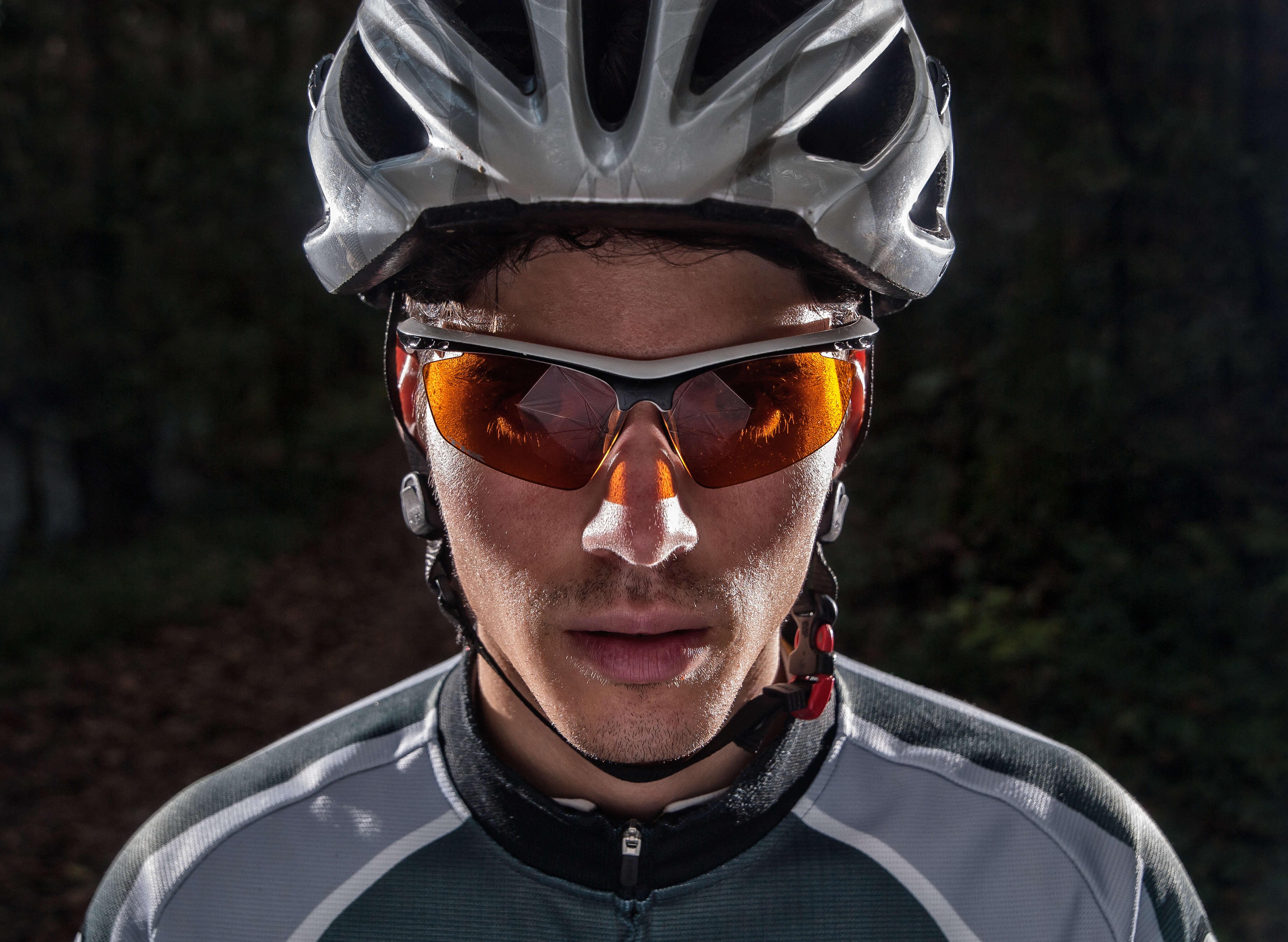 ヘルメットとサングラスを装着した人