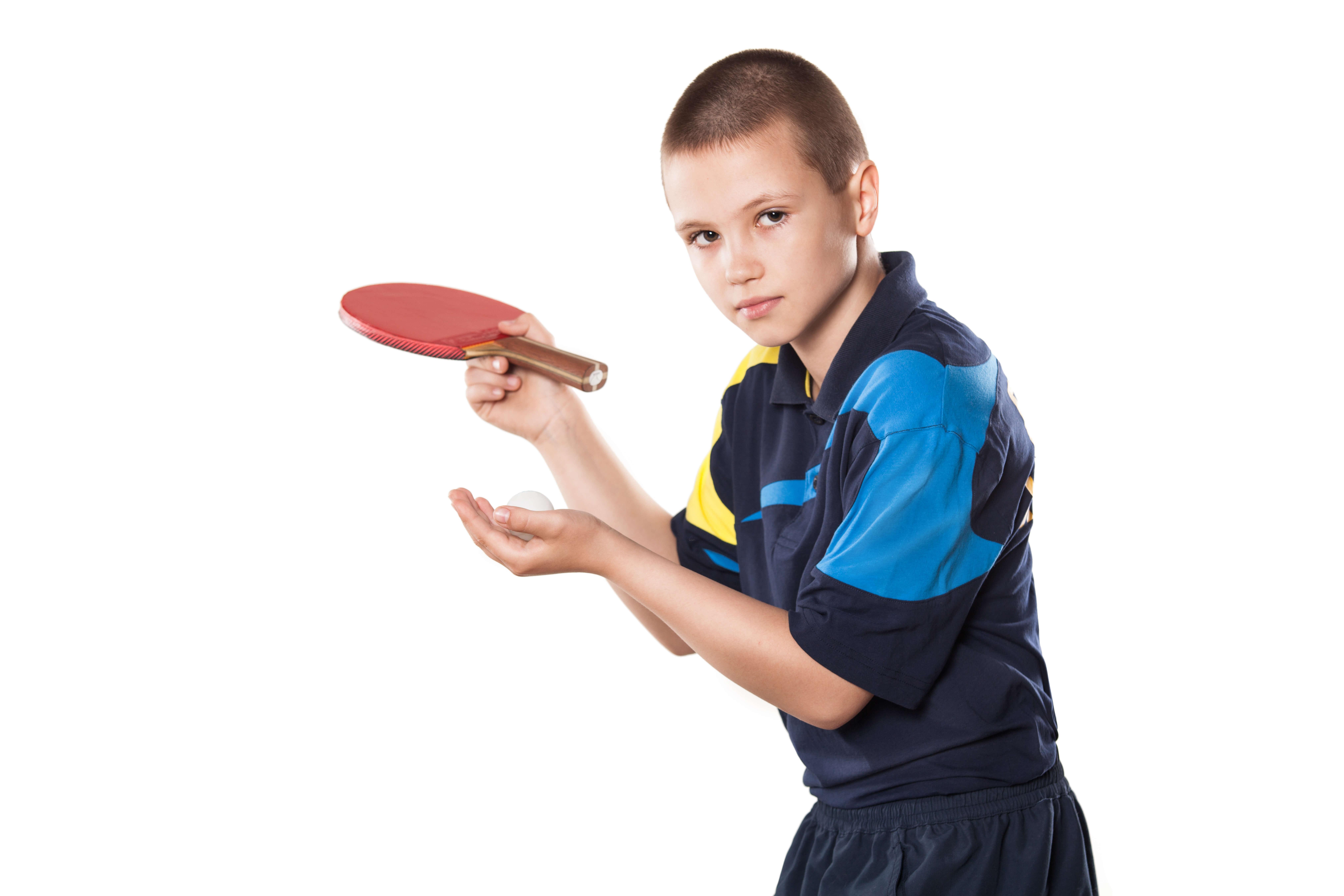 卓球する少年