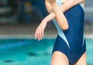 フィットネス水着を着てストレッチする女性