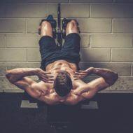 腹筋台で腹筋する男性
