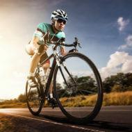 ロードバイクに乗るアジアの男性