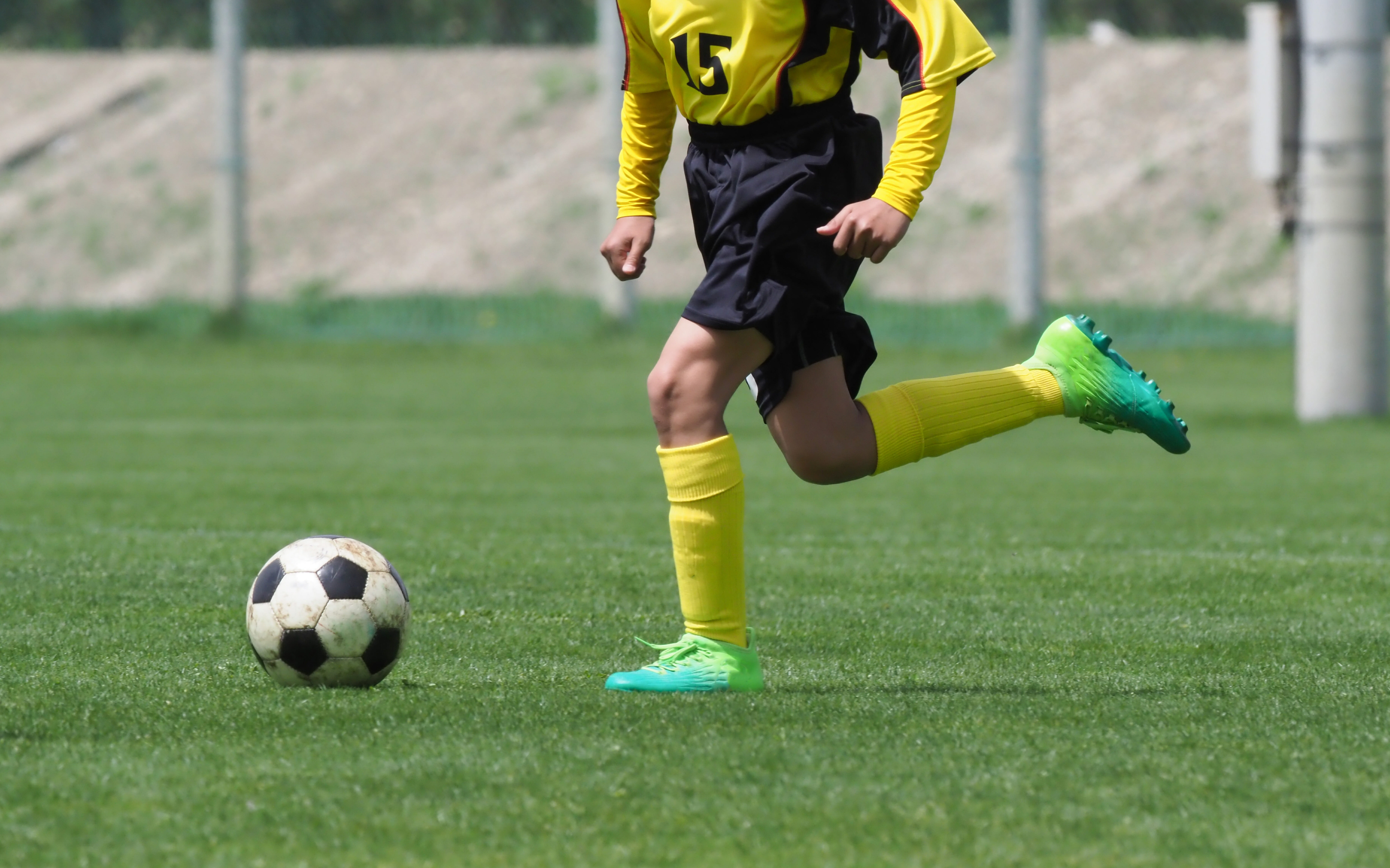 サッカーする少年