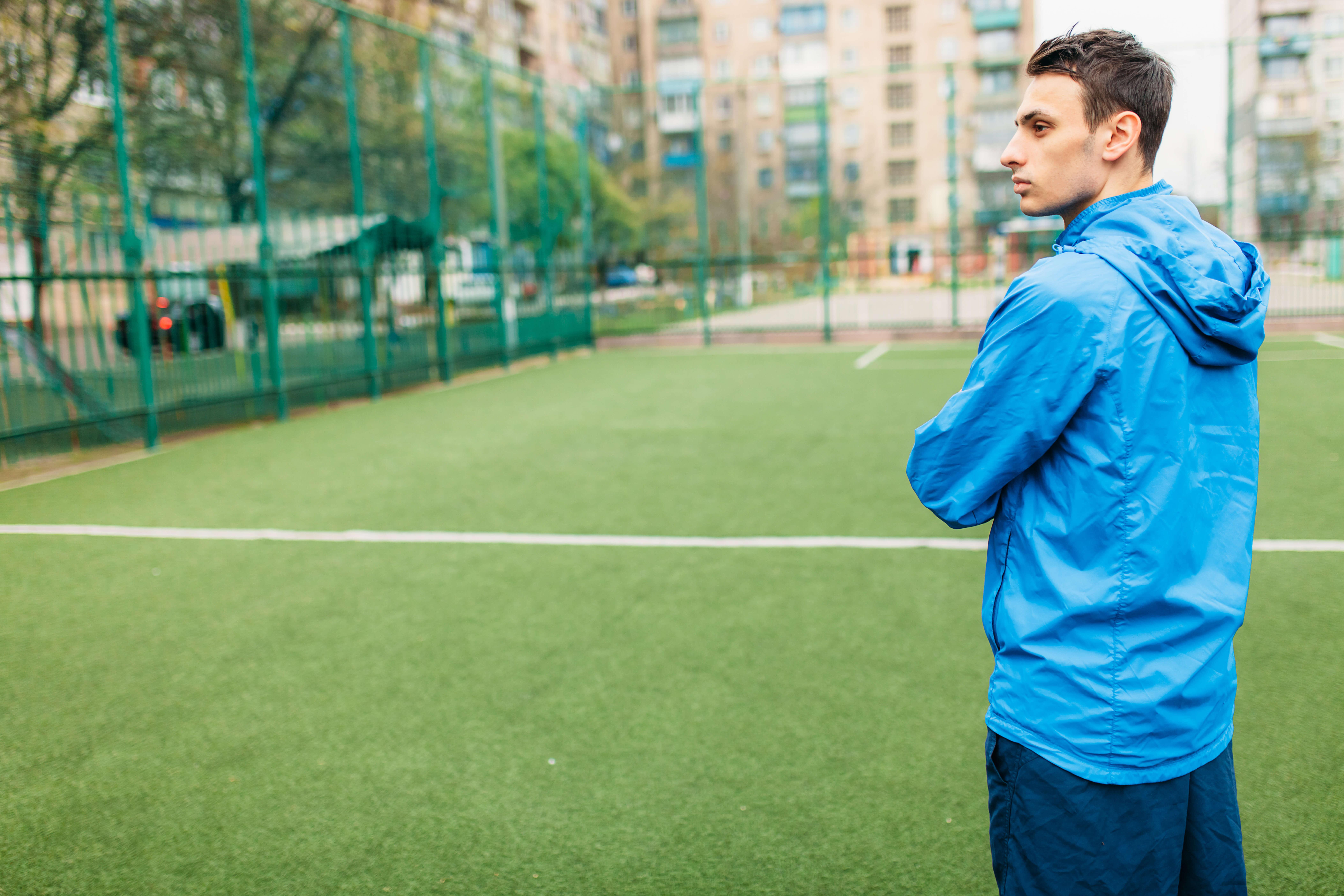 サッカー場の男性