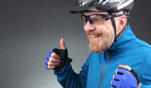 サイクリングする高齢者
