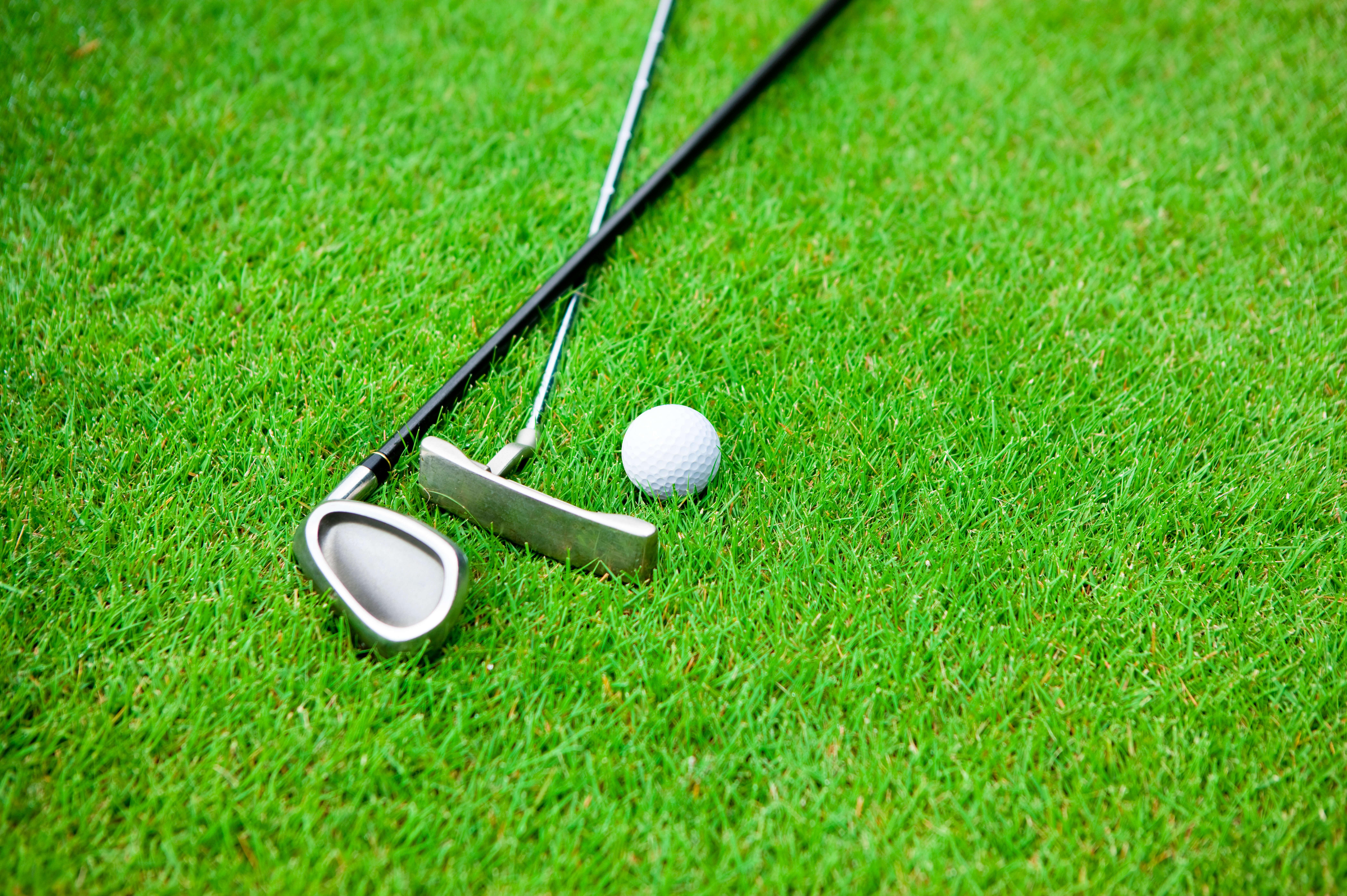 ゴルフボールとゴルフクラブ