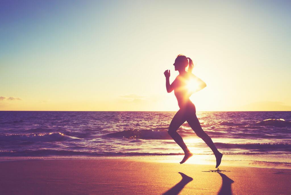 ビーチで走る女性