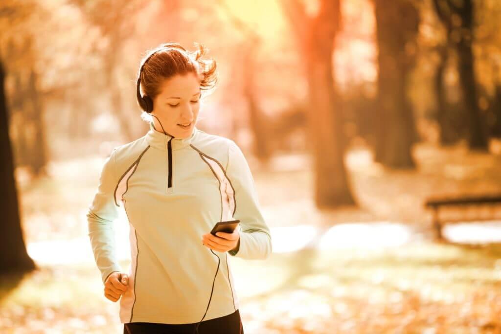 音楽を聴きながら走る女性ランナー