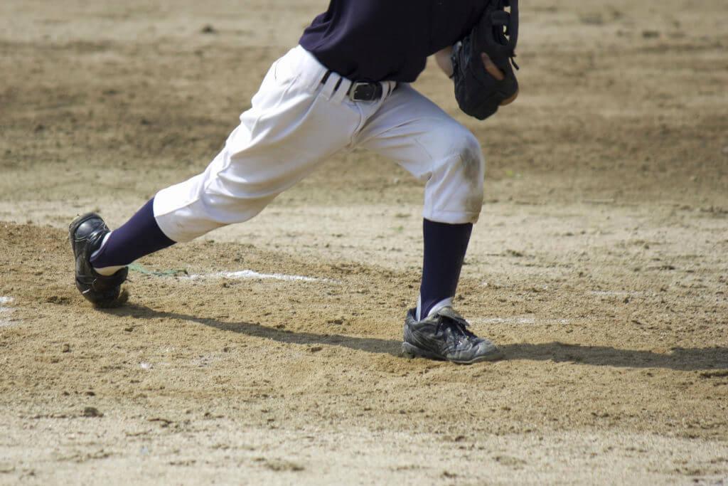 野球する男性