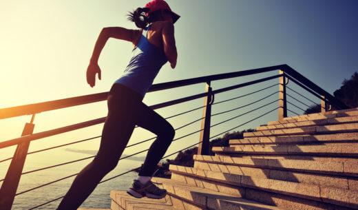 階段を走る女性ランナー