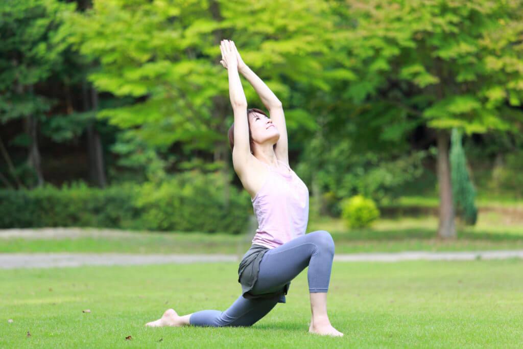 公園でフィットネスする女性