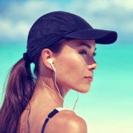 音楽を聴く女性ランナー