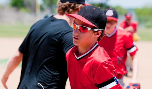 サングラスをかけたアメリカの野球少年