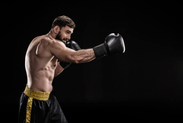 ボクシングする男性