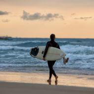 サーフィンする女性