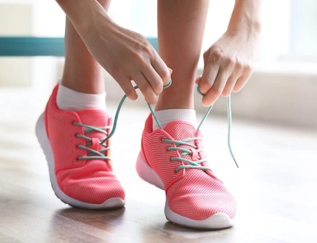 シューズの靴紐を結ぶ女性
