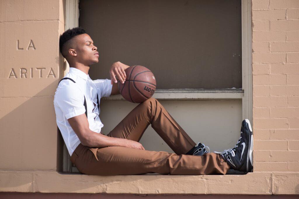 バスケットボールを持ち座る男性