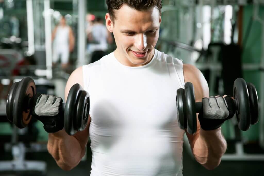 ダンベルでトレーニングする男性
