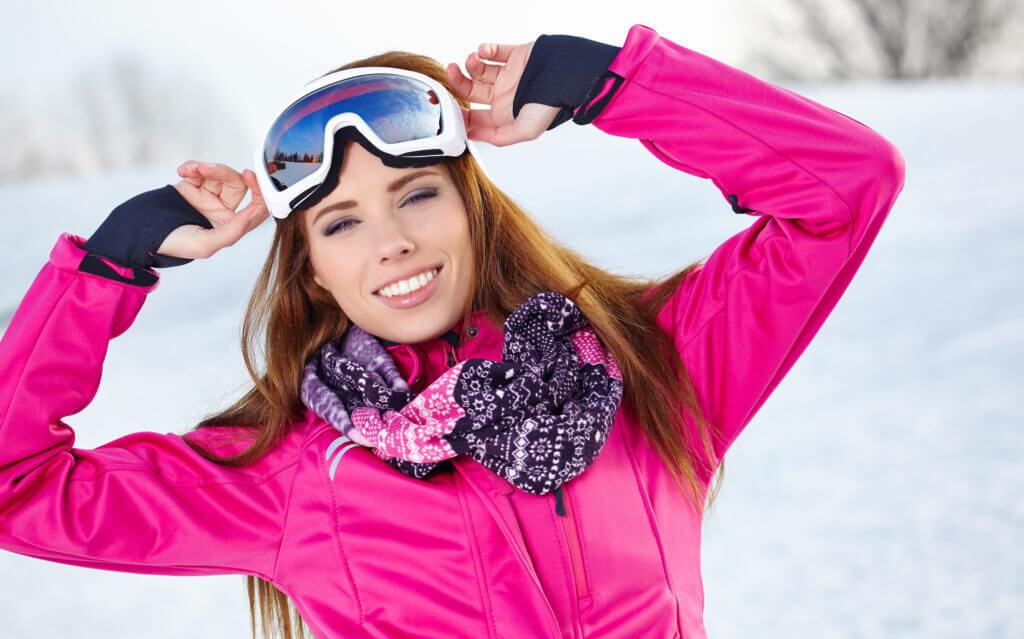 スキーゴーグルをした女性