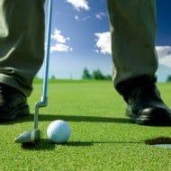 パターを決めるゴルファー