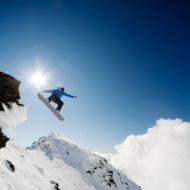 スノーボードでジャンプする人