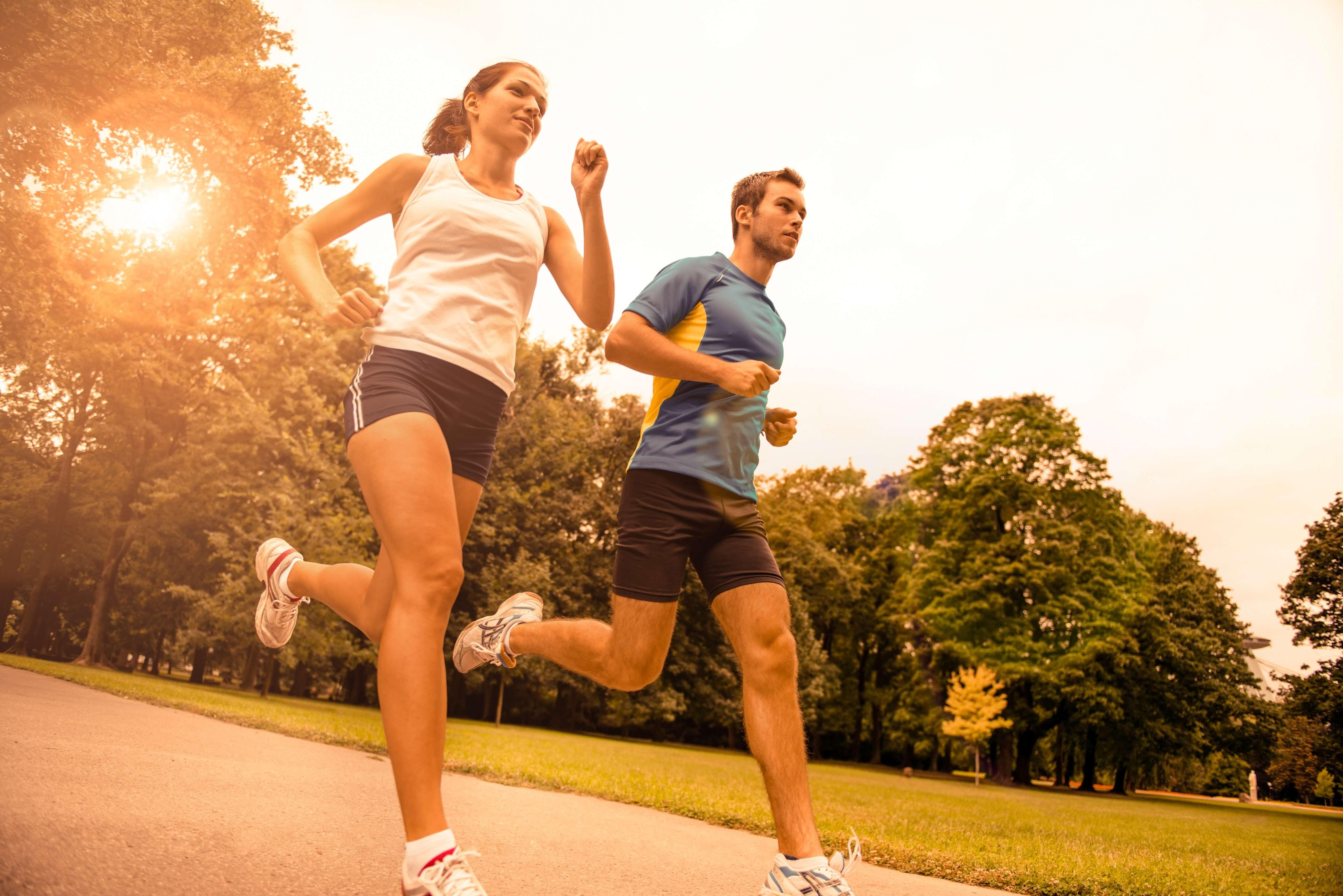 ジョギングする男女カップル