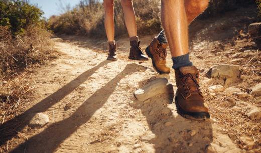 ハイキングシューズで歩く人