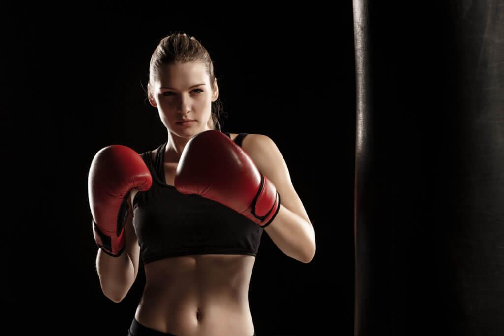 ボクシンググローブをした美しい女性