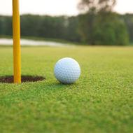 グリーンの上のゴルフボール